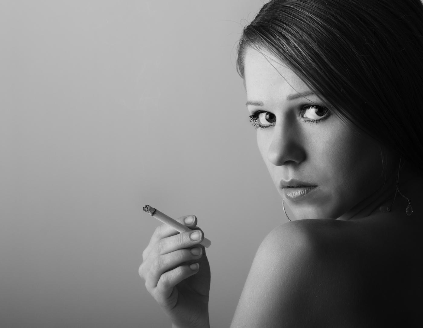 Симпатичные девушки с сигаретой 14 фотография